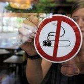 Курящих на летних террасах казахстанцев будут фотографировать. Теперь это нарушение