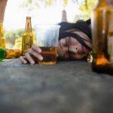 """""""Кому-то нельзя беременеть"""": пьяная дебоширка пыталась ударить полицейского в Павлодаре"""