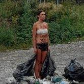 Экоактивист обернула себя в мусорные пакеты и вышла на дорогу в Восточном Казахстане
