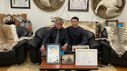 Шкуры снежных барсов в кабинете чиновника возмутили казахстанцев