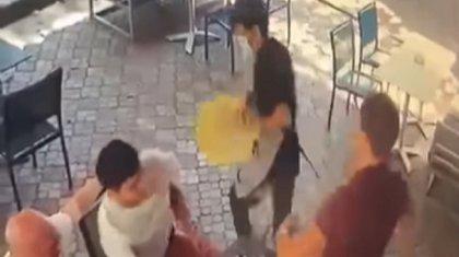 Вспыльчивый алматинец ударил официанта за случайно пролитый напиток